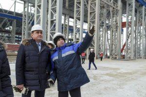 Евгений Зубицкий показывает губернатору Алексею Дюмину готовый корпус